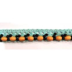 Dentelle bleu et perles en bois
